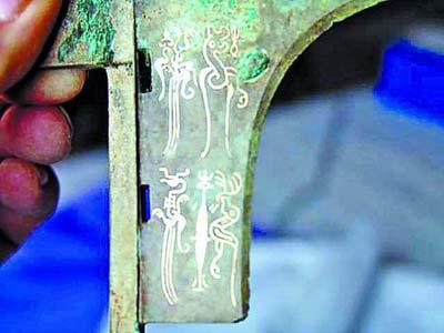 古墓内发现的青铜戈上雕刻有精美鸟书