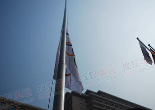 奥运会旗在广场上空升起