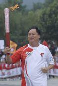 图文:奥运圣火在济南传递 火炬手袁之平