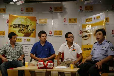 """""""最牛警官""""刘文立做客搜狐新闻直播间。从右至左依次为:刘文立、主持人、留学生庄尚文、留学生舒畅。"""
