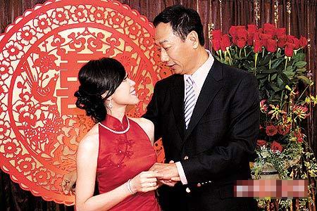 昨天订婚宴上,曾馨莹穿着红色旗袍与郭台铭甜蜜相望。