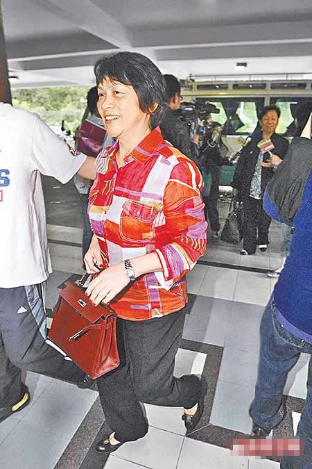 刘嘉玲妈妈昨离开不丹时笑容满面