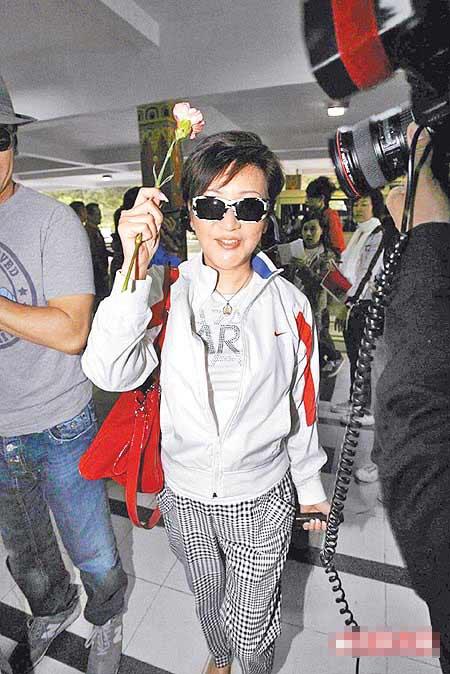 谢霆锋母亲狄波拉离境时手拿鲜花,很开心有机会到不丹