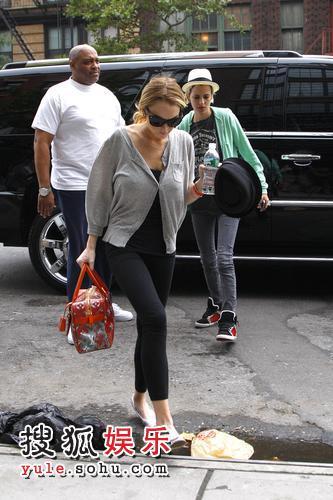 在女友萨曼莎-罗森的陪伴下琳赛-罗韩赶往片场