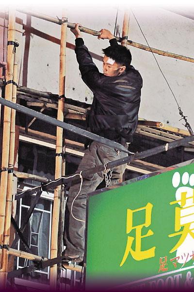 霆锋爬上七层高的招牌,认真危险。