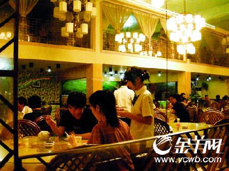 美食/上图:这家湘菜馆的环境颇宜小酌两杯