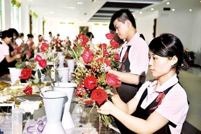 """园艺师正在制作""""红红火火""""花束 摄/记者柴程"""