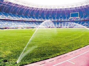 天津奥林匹克中心体育场内草坪正在进行浇水降温。张育勇 摄