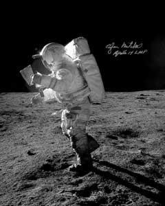 """有报道说,""""登月第一人""""阿姆斯特朗曾经在月球表面看到过UFO.-"""