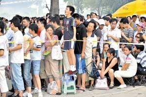 从23日开始,北京各场馆售票亭就陆续出现了排队购票的人群。