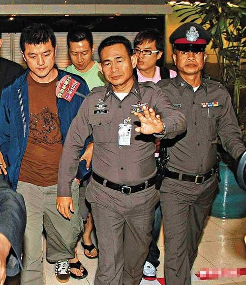 李亚鹏/李亚鹏前晚亲往曼谷机场警局协助调查,至凌晨时分才由数名泰警...