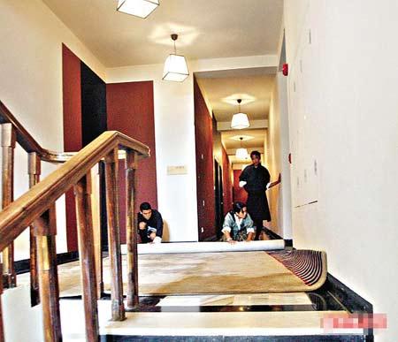 婚礼过后,酒店工作人员正在更换走廊地毯
