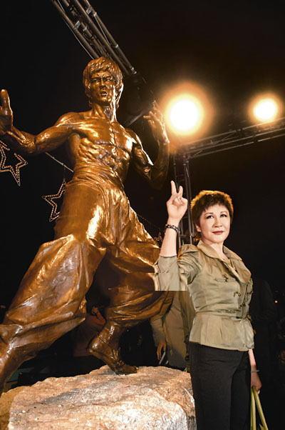 """星光大道举行""""李小龙铜像揭幕仪式""""时,丁珮以嘉宾身份出席。"""