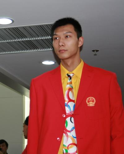 图文:中国奥运代表团成立 篮球明星易建联入场