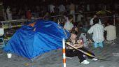 图文:各地群众连夜排队购买门票 五棵松篮球馆