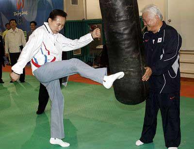 昨天,韩国总统李明博看望即将出征的奥运选手时一试身手。CFP 图