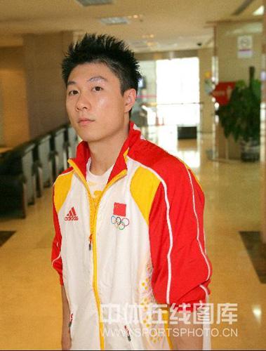 图文:中国奥运代表团誓师大会 李小鹏发型很酷