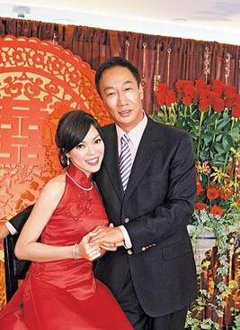 郭台铭 曾馨莹/郭台铭明日(26日)将与女友曾馨莹完婚。