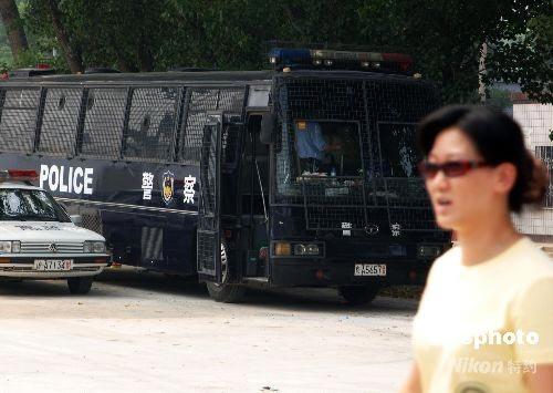 停在卖票点附近的防爆警车。中新社发 王东明 摄