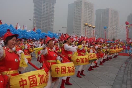 起跑仪式上,郑州市民擂鼓助威