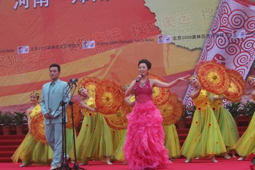 奥运火炬接力郑州站起跑现场 歌舞表演推动气氛