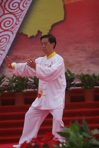 奥运火炬接力郑州站起跑现场 郑州市民上演太极拳神技