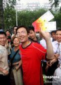 图文:市民排队60小时购得奥运会篮球比赛门票