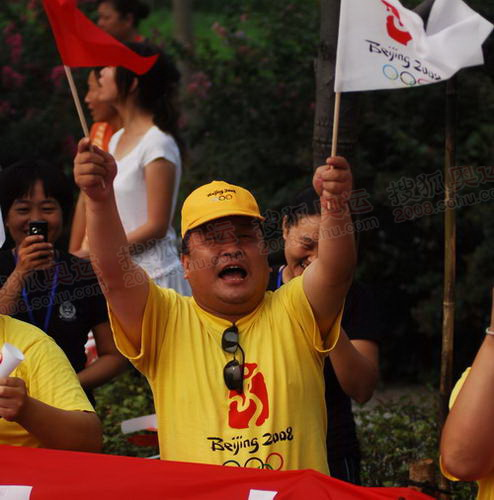 火炬传递郑州站 沿途观众激情迎圣火