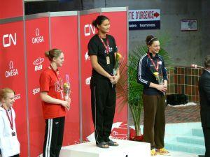 潘卓源(中)在一次比赛中胜出上台领奖。(加拿大《星岛日报》)