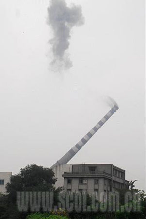 210米,全国最高烟囱轰然倒下。 四川在线记者 喻茂 摄
