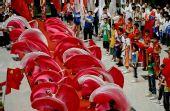 图文:奥运圣火在郑州传递 庆典仪式上表演