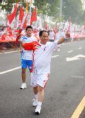 图文:奥运圣火在郑州传递 刘海科手持火炬传递