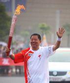 图文:奥运圣火在郑州传递 胡葆森手持火炬传递