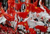 图文:奥运圣火在郑州传递 群众为圣火传递加油