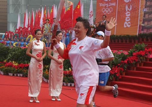 原中国女排奥运冠军、国家体育总局排球运动管理中心副主任张蓉芳首棒