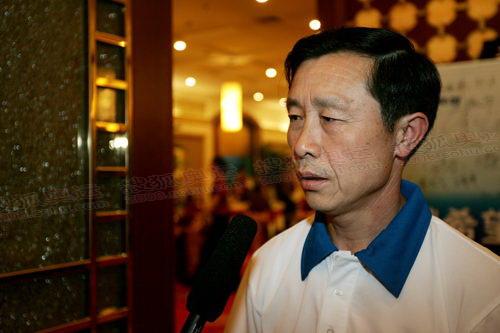 火炬手小区保安刘占喜接受记者采访