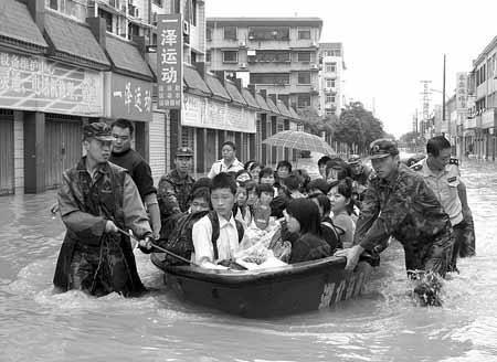 23日,襄樊某预备役炮兵旅在转移襄阳区田家炳中学的受困学生。