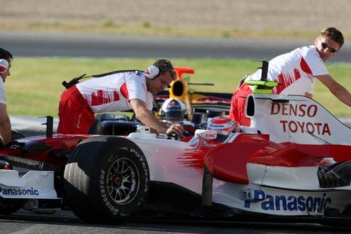 图文:F1赫雷斯试车第四天 丰田工作人员推车