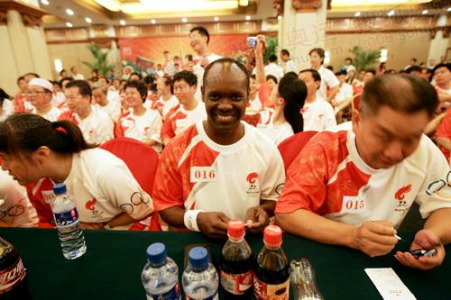 火炬手加蓬小伙本扎。(奥运官网www.beijing2008.cn 记者 唐怡民)
