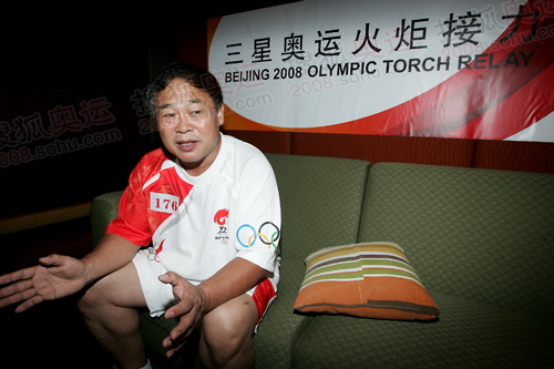 排爆专家王百姓接受记者采访 唐怡民 摄