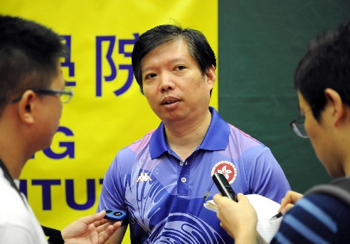 图文:香港乒乓球队总教练惠钧接受记者采访