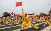 图文:开封武术学校师生在火炬传递沿线表演