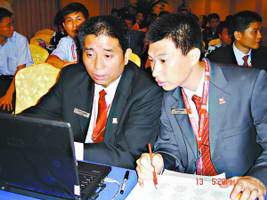 赖勇辉(左)与裴伟民探讨工作。