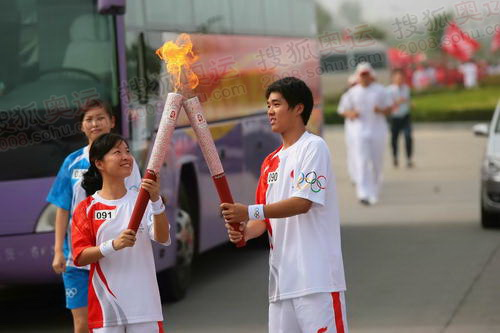 开封91号联想火炬手张文娟(左)