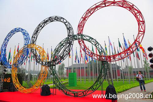 图文:北京奥运村开村 五环映衬奥运村
