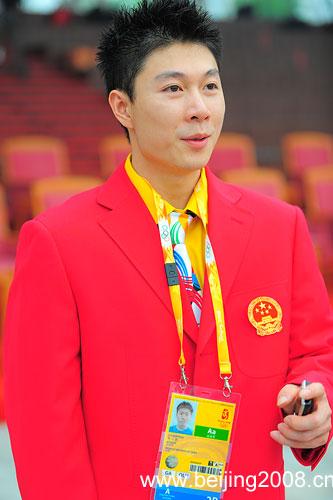 图文:北京奥运村开村 李小鹏心情不错