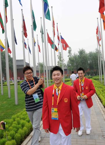 图文:北京奥运村开村 李小鹏和杨威笑春风