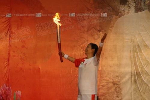 洛阳末棒火炬手乔文娟准备点燃圣火盆