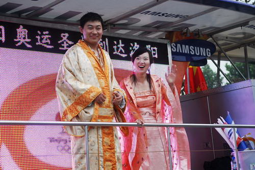 花车上中国特色服饰的拉拉队
