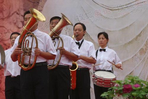 洛阳站传递起跑仪式军乐表演推动气氛